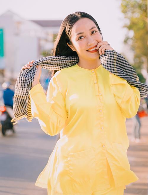 Diễn viên Ốc Thanh Vân điệu đà làm duyên khi hóa gái quê.