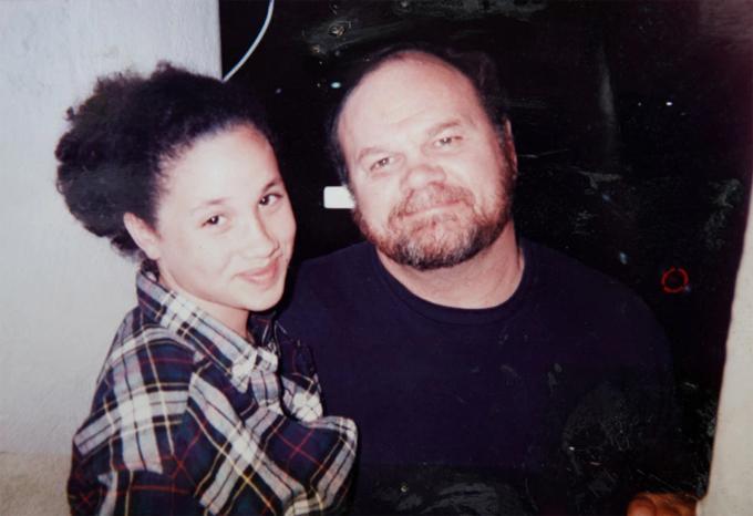 Meghan và bố khi còn là một thiếu nữ sống ở Mỹ. Ảnh: Twitter.