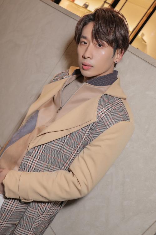 Lấy cảm hứng từ phong cách thời thượng của các thần tượng xứ sở kim chi, Tuấn Trần chọn các mẫu áo khoác hot trend để hoàn thiện set đồ dạo phố.