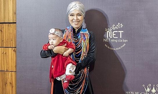 Mẹ con NTK Julia Phạm diện áo dài dự 'Ngôi sao của năm'