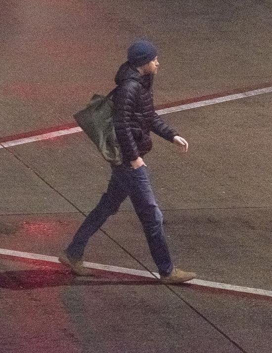 Harry độc hành trên sân bay Victoria để vềvới vợ con tối 20/1. Ảnh: Christ Bott.