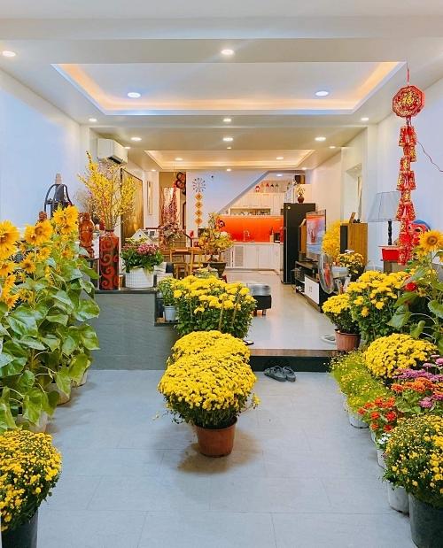 Không gian nhà Khánh Vân tràn ngập hoa. Trước đó một ngày, cô thức khuya phụ bố mẹ cắm hoa.