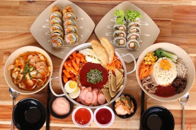 Cơm trộn 2 cô chuyên các món Hàn Quốc có giá dao động35.000 -276.000 đồng/phần sẽ bán xuyên Tết. Bên cạnh đó,quán thông báosẽ phụ thu thêm 20% từ 26 tháng chạp đến mồng 6 Tếtvì giá thực phẩm tăng cao. Cơm trộn, gà phô mai, tokbokki được lòng bạn trẻ còncác món khác hương vị bình thường. Nếu đi đông, bạn gọi combo cho tiết kiệm.