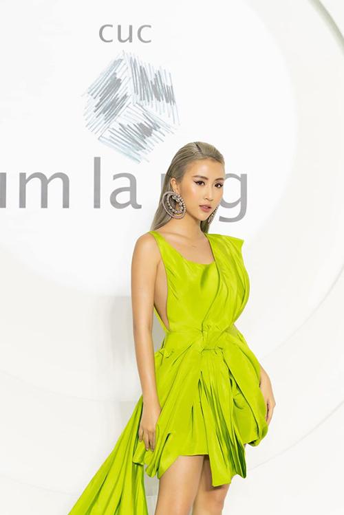 Quỳnh Anh Shyn sinh năm 1996, tên thật Phí Quỳnh Anh, cô từng là một trong những hot girl đình đám tại Hà Nội. Năm 2015, cô Nam tiến để phát triển sự nghiệp và bắt đầu thay đổi hình ảnh từ phong nữ tính thành công nàng hiện đại, cá tính. Hiện nay, Quỳnh Anh Shyn là một trong số ít gương mặt trẻ cán mốc 2,2 triệu lượt theo dõi trên Instagram.