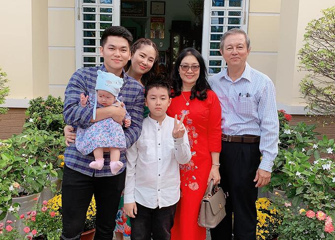 Diễn viên Lê Phương bế con về nhà ngoại ăn Tết. Bé Cà Pháo, con riêng của Lê Phương với người chồng đầu tiên, năm nay lớn bổng và đã cao gần bằng mẹ.