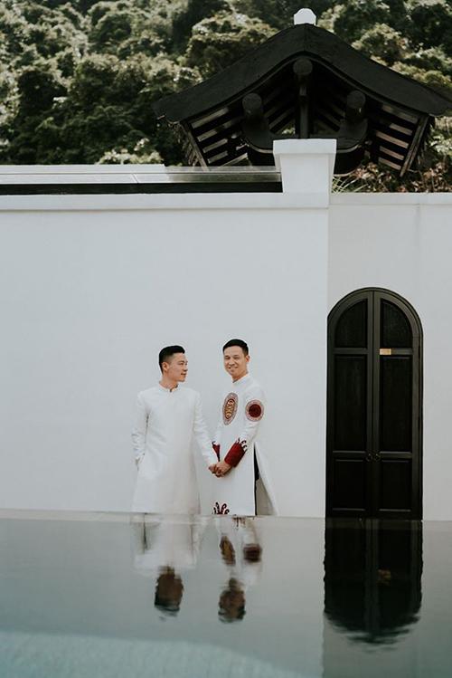 Nhà thiết kế Adrian Anh Tuấn cùng bạn đời Sơn Đoàn mặc áo dài du xuân. Cặp đôi vừa kỷ niệm 5 năm ngày cưới cách đây ít ngày.