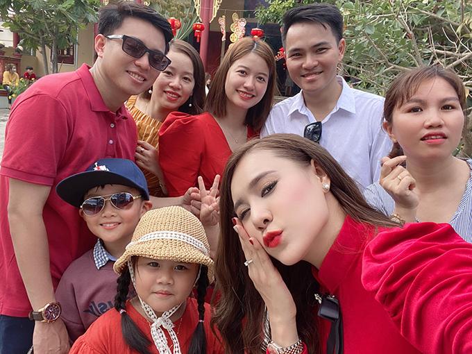 Diễn viên Hồ Bích Trâm về Quảng Ngãi quây quần bên gia đình. Sáng mùng một Tết, cô cùng cả nhà đi lễ chùa.