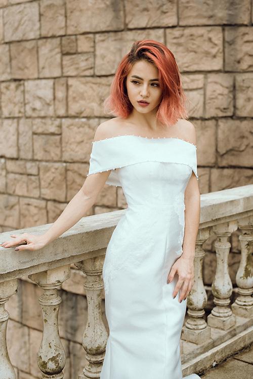 Vải áo dày dặn, giúp cô dâu gầy trở nên có sức sống hơn.
