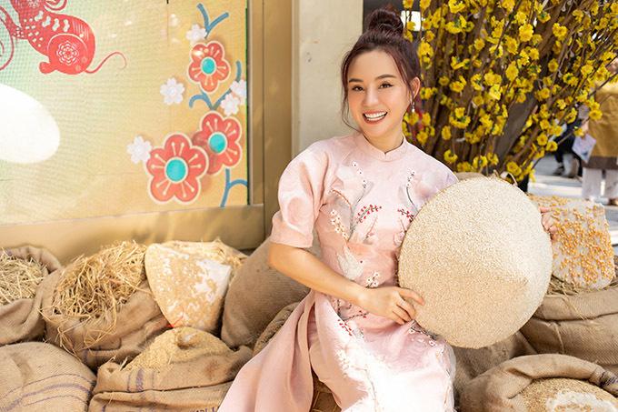 Dịp Tết Vy Oanh nhận 1, 2 show diễn còn hầu hết thời gian cô dành cho gia đình. Giọng ca Đồng xanh rất khéo léo, đảm đang khi quán xuyến tổ ấm nhỏ và lo lắng chu toàn cho cả hai bên nội, ngoại.