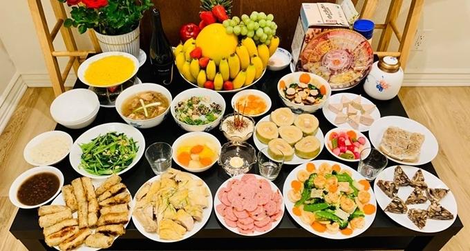 Mâm cỗ tân niên của gia đình cô có 16 món mặn và ngọt đều là những thức ăn quen thuộc của người Việt trong dịp Tết Nguyên đán. Dù ở Mỹ, Diệu Hương vẫn có đủ bánh chưng, dưa hành, canh măng, cánh bóng thả, nem cuốn...