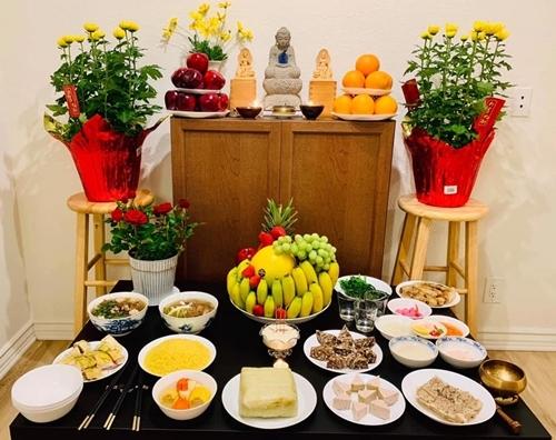 Trước đó, vợ chồng Diệu Hương chuẩn bị mâm cơm với thịt gà, xôi vò, canh rau củ... cúng Giao thừa.