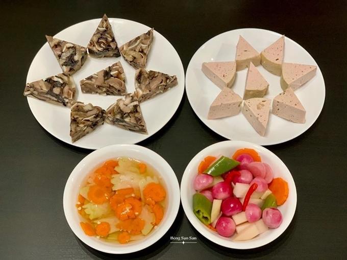 Món giò lụa và giò tai được xắt miếng vừa ăn, xếp thành hình ngôi sao 6 cánh. Bát dưa hành đi kèm có màu hồng tím bắt mắt, xen lẫn cà rốt, ớt xanh.