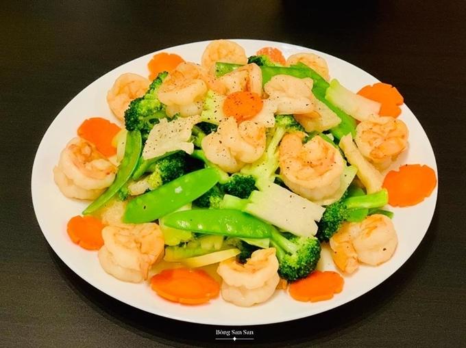 Tôm kết hợp súp lơ, đậu ván, cà rốt tạo nên món tôm bóc nõn xào rau củ vừa bổ dưỡng, vừa dễ ăn trong những ngày ngán thịt.