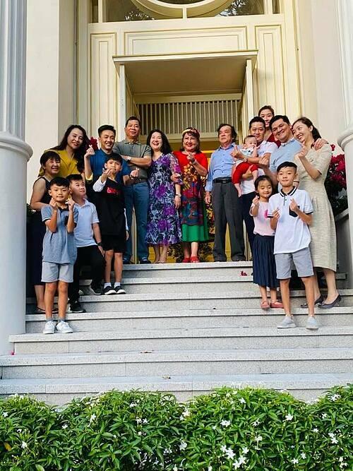 Vợ chồng Cường Đôla - Đàm Thu Trang và con trai chụp ảnh kỷ niệm Tết Canh Tý bên đại gia đình.