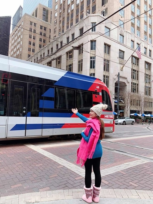 Cô thích thú với hệ thống xe điện có giá bình dân 1,25 USD trên đường phố.
