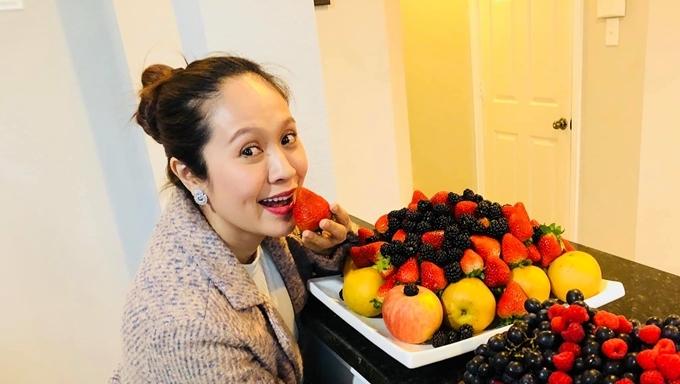 Thanh Thúy mê mẩn các loại trái cây tươi trên đất Mỹ.