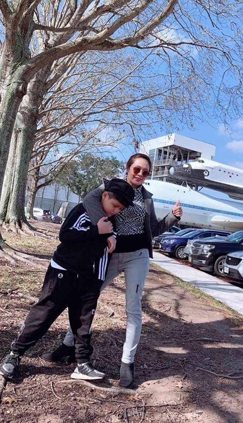 Cậu cả Cà Phê 11 tuổi cao gần bằng mẹ. Trong một cuộc trò chuyện với Ngoisao.net, Thanh Thúy cho hay, vợ chồng cô luôn muốn thu xếp thời gian đưa các con cùng đi du lịch để trải nghiệm và lưu lại nhiều kỷ niệm gia đình. Sau Tết năm ngoái, dù mới sinh con trai thứ hai khoảng một tháng, cô đưa cả hai quý tử ra đảo Phú Quý thăm chồng đang quay phim. Còn mùa hè 2019, vợ chồng cô đưa hai con cùng đi Nhật Bản.