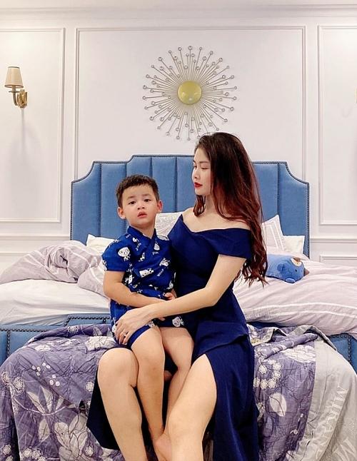 Giường ngủ gam màu xanh trở thành điểm nhấn cho tổng thể.