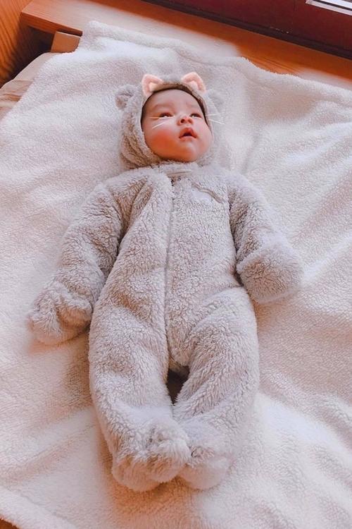 Con trai Phạm Hương khi mới một tháng tuổi.