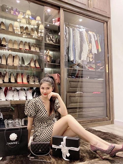 Vốn đam mê thời trang, Thuỷ Anh thiết kế riêng tủ đựng quần áo, giày dép và túi xách hàng hiệu.