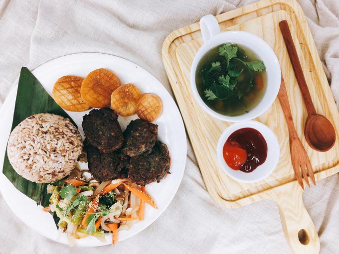 Bữa ăn của nàng độc thân gồm có: cơm gạo lứt, củ cải áp chảo nhúng tamari, rau củ xào, chả đậu đỏ, canh miso rong biển.