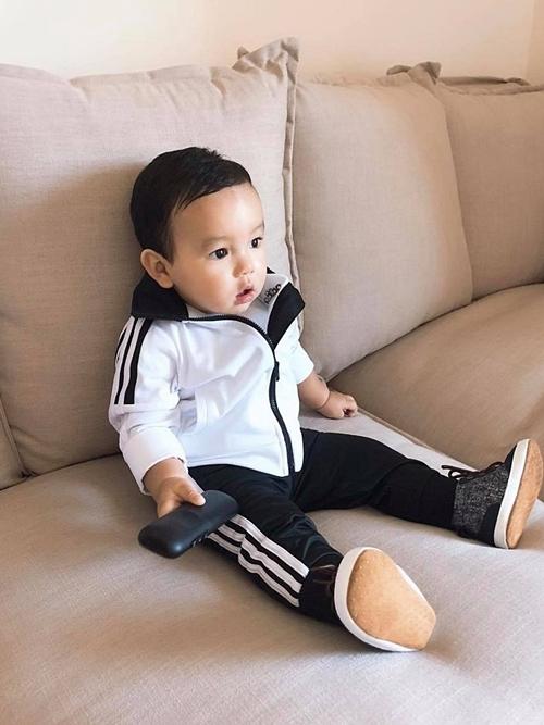 Phạm Hương cũng chú trọng phát triển trí tuệ của Max: cho con nghe nhạc từ khi mới sinh, làm quen với sách ở tháng thứ 4, chơi đồ chơi lắp ráp trí tuệ khi bé 6 tháng tuổi...