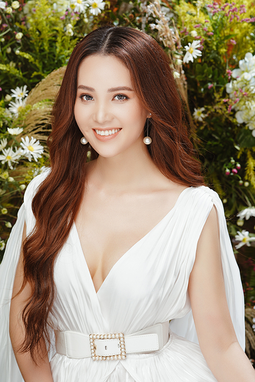 Trong bộ ảnh mới thực hiện, Thụy Vân khoe nhan sắc tuổi 32 với váy áo trễ nải. Thiết kế xẻ cổ sâu giúp cô khoe vòng một nảy nở, gợi cảm.