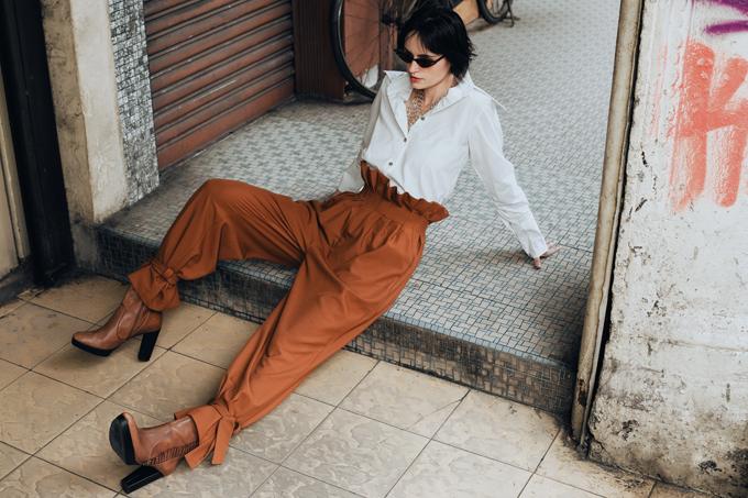 Hà Kino dung hoà giữa nét thanh lịch nơi văn phòng đan xen sự phá cách ảnh hưởng từ dấu ấn của các fashionista thế giới qua nhiều kiểu áo, quần lưng cao biến tấu độc đáo.