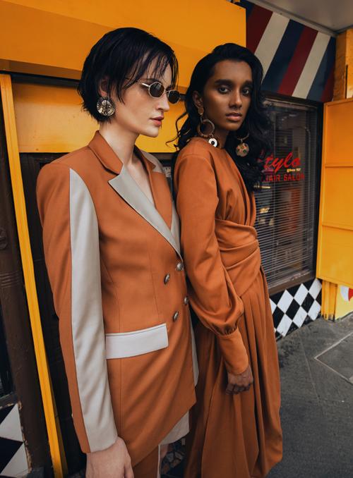 Tông nâu, cam đất được các tín đồ thời trang ưa chuộng được thể hiện một cách phong phú qua từng mẫu blazer dress, váy vạt quấn, đầm liền thân, váy tay bồng...