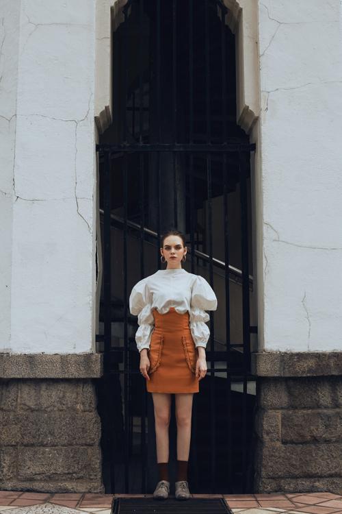 Đi đôi với những mẫu váy phom dáng cơ bản, dễ sử dụng khi đi làm, bộ sưu tập còn mang tới các kiểu áo blouse, chân váy, blazer kiểu dáng ấn tượng.