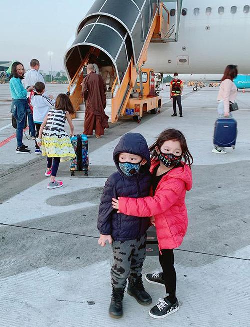 Bé Sunny đã biết trông em trai trong khi bố mẹ bận vận chuyển hành lý.