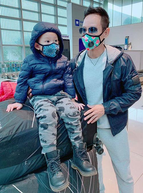 Lý Hải và vợ con rất lo lắng khi tình hình dịch bệnh viêm phổi Vũ Hán ngày càng diễn biến phức tạp, lây lan ngày một rộng. Anh hy vọng với kiến thức phòng dịch và chủ động trang bị chu đáo cả nhà sẽ du xuân vui vẻ, an toàn.