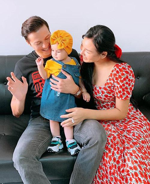 Bé Bảo Ngọc có tên ở nhà là Na. Nhóc tỳ được bố mẹ chăm chút, cho mặc điệu đà từ nhỏ.