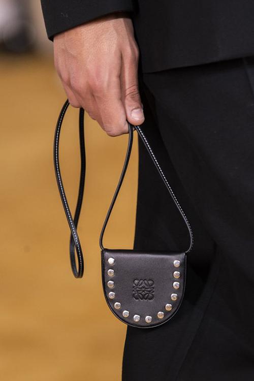 Túi mini đeo cổ còn có những phiên bản dành cho cả nam giới và chúng được mix-match một cách phá cách theo nhiều style trang phục.