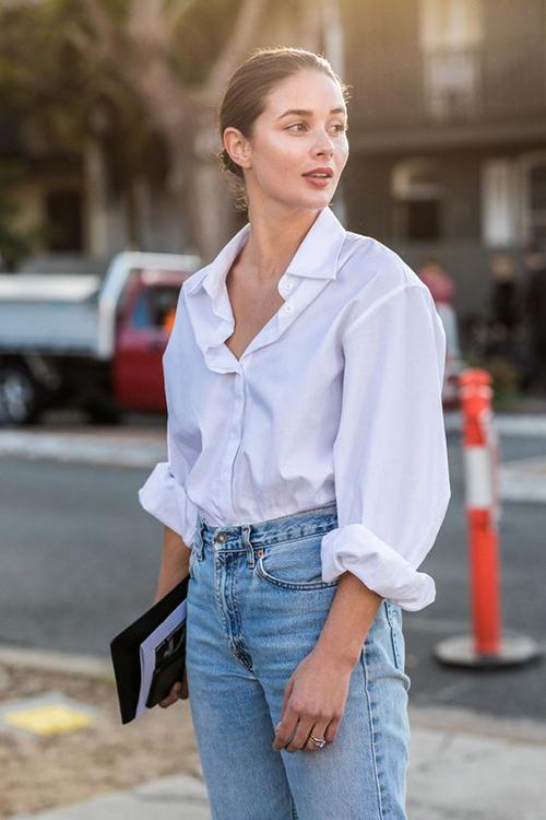 Giữa sự xuất hiện của nhiều mẫu áo blouse, áo bèo nhún, áo bất đối xứng điệu đà và đa dạng về kiểu dáng, sơ mi phom basic vẫn có chỗ đứng riêng.