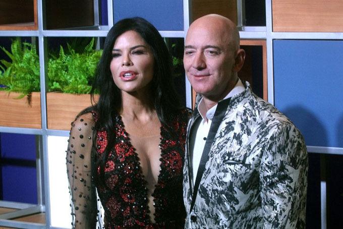 Jeff Bezos và bạn gáiLauren Sanchez tham sự một sự kiện do Amazon Prime Video tổ chức tại Mumbai, Ấn Độ hôm 16/1. Ảnh: Bloomberg.