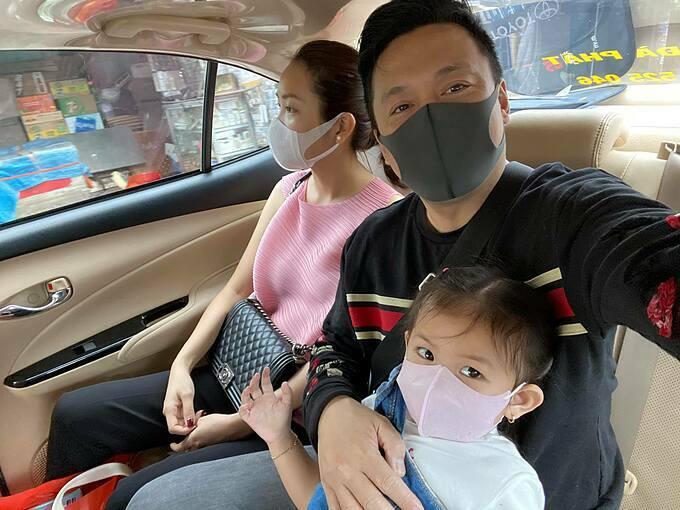 Ca sĩ Lam Trường cho biết trường của con gái đã thông báo cho các bé nghỉ ở nhà thêm chút thời gian, nhưng vợ chồng anh quyết định cho con ở nhà cho đến khi dịch bệnh được khống chế mới cho con đi học trở lại.