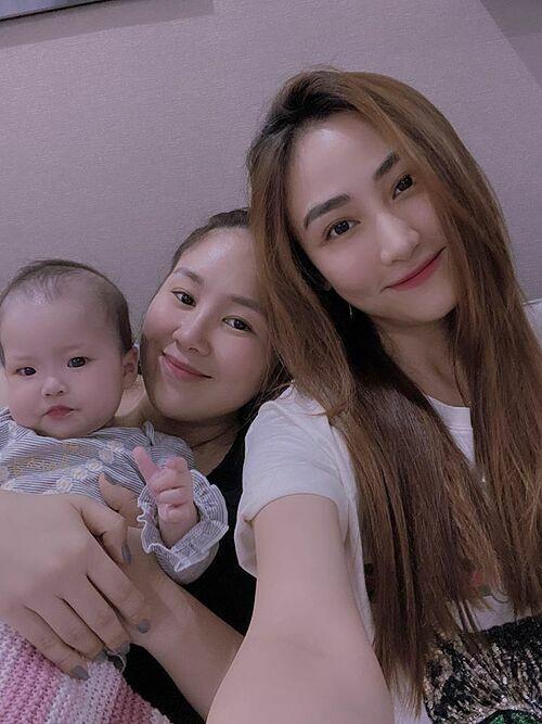 Ngân Khánh trêu con gái Lê Phương ăn nhiều bánh chưng quá nên mặt mất V-line luôn.