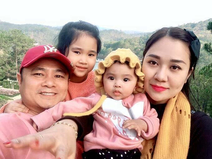 Tự Long đưa vợ và hai con gái đi du lịch ở Đà Lạt. Nam danh hài viết: 1+1= 4, bằng cả gia đình rồi các bác ạ.