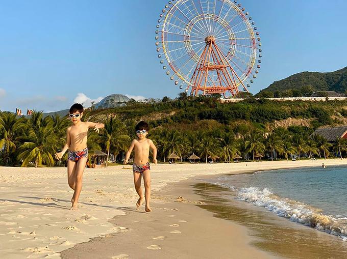Phú Quốc, Nha Trang... là những địa điểm du lịch yêu thích của gia đình Đan Lê mỗi dịp Tết. Đó làcơ hội để hai chàng quý tử thỏa thuê nô đùa, nghịch cát, tắm biển và ăn ngon dưới nắng ấm.