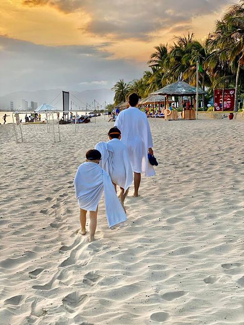 Đan Lê ghi lại khoảnh khắc bình yên khi chồng và các con nối đuôi nhau bước đi trên bãi biển.