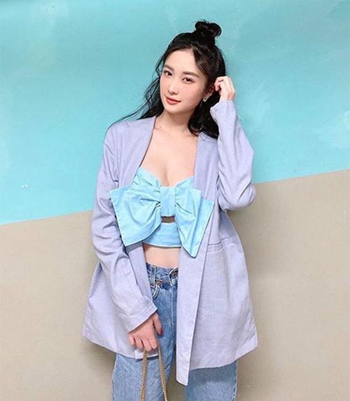Ngoài áo Chanel có giá 34 triệu đồng, sao Việt còn chọn các mẫu có phom dáng tương tự để chưng diện. Jun Vũ mix áo crop-top xnah cùng blazer dáng rộng và jeans xanh cổ điển.