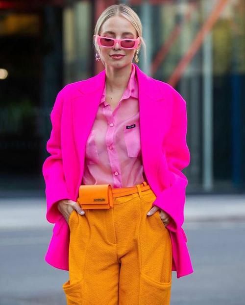Phối trang phục gam hồng đậm cùng vàng nghệ, màu cam rực rỡ là xu hướng được ưa chuộng ở mùa mốt 2020. Set đồ dành cho quý cô yêu phong cách color up và muốn gây chú ý khi dạo phố, đi tiệc nhẹ.
