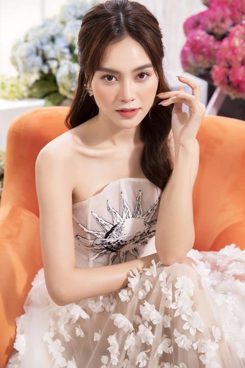 Phần thân áo được tạo điểm nhấn bằng hình mặt trời in trắng đen. Còn chân váy đính kết hoa rơi đồng điệu màu sắc khiến chiếc váy trở nên thướt tha.