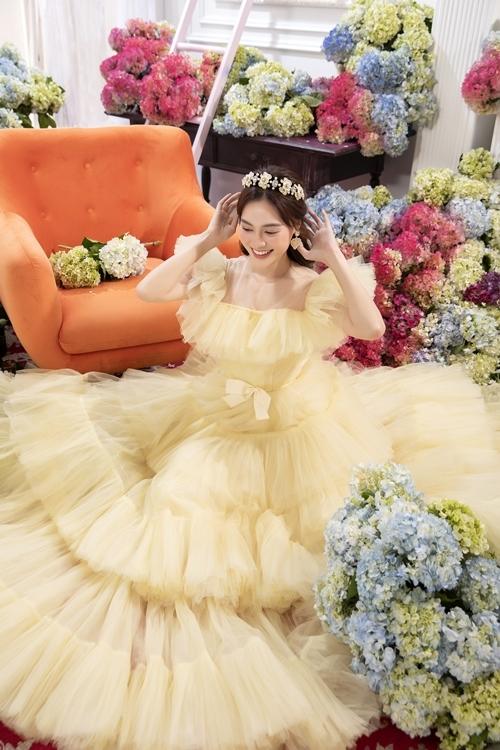 Người đẹp chọn váy màu vàng pastel làm từ voan lưới để bắt kịp xu hướng đang rất thịnh hành trên các thảm đỏ quốc tế.