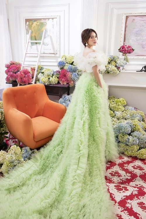 Chân váy được may rút chỉ, tạo nhiều phần nhúm mây nhằm tạo vẻ cầu kì cho trang phục.