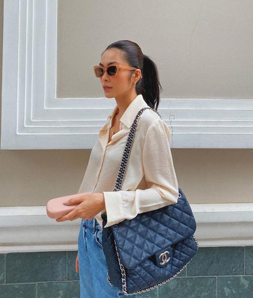 Tăng Thanh Hà khiến nhiều fan bất ngờ khi sử dụng túi Chanel ra mắt cách đây 10 năm để mix đồ dạo phố.