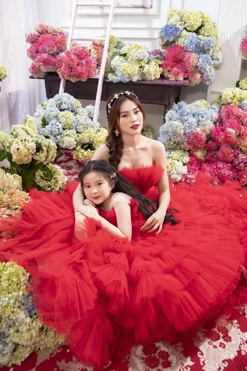 Người đẹp tạo dáng cùng cháu gái Châu Khả My. Cô bé tròn sáu tuổi, có năng khiếu diễn xuất, tạo dáng trước ống kính. Trong tương lai, Châu Khả My hứa hẹn sẽ trở thành nàng mẫu nhí được nhiều thương hiệu ưu ái.