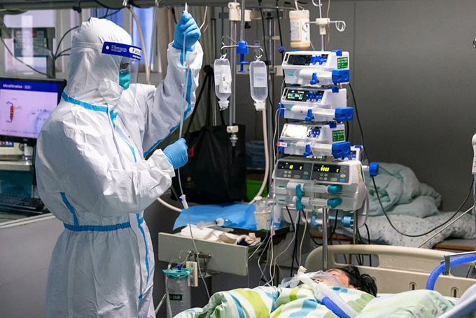 Các bác sĩ ở Bệnh viện Đại học Vũ Hán chăm sóc cho bệnh nhân nhiễm nCoV. Ảnh: China Daily.
