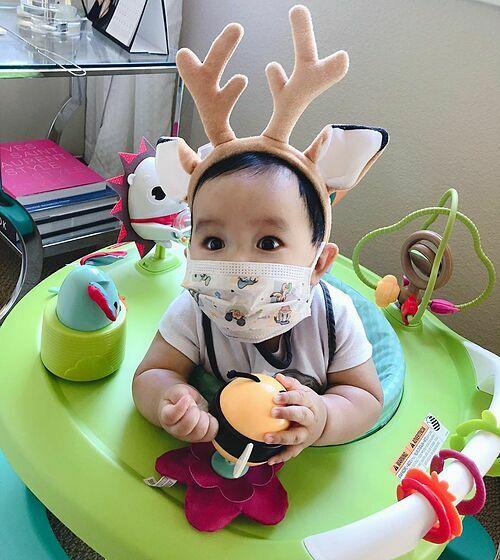 Con trai Phạm Hương cũng được mẹ trang bị bịt khẩu trang kín mít giữa tâm bão mùa dịch viêm phổi Vũ Hán.